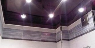 Потолок в маленькой ванной комнате