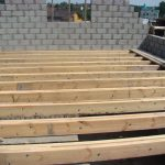 Укладка деревянных балок перекрытия