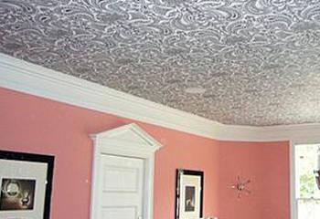 Багет сочетается с обоями на потолке