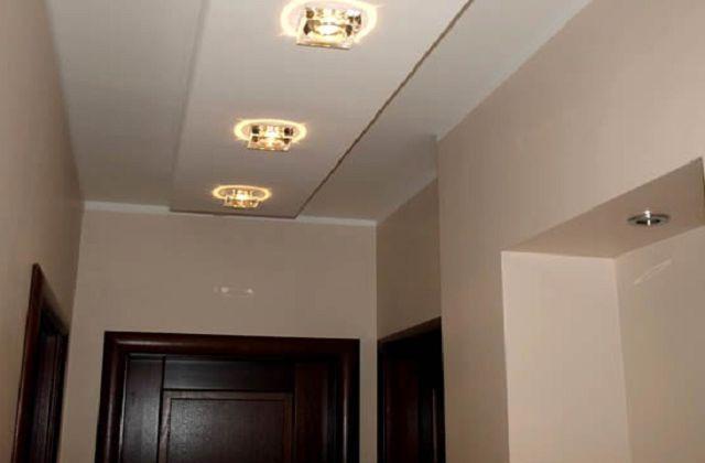 Потолок в узкой прихожей