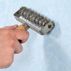 Игольчатый валик применяют для снятия старых бумажных обоев