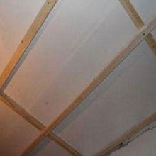 Деревянная обрешетка на потолке