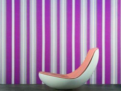 Наклейка полосатых обоев на крашеные стены