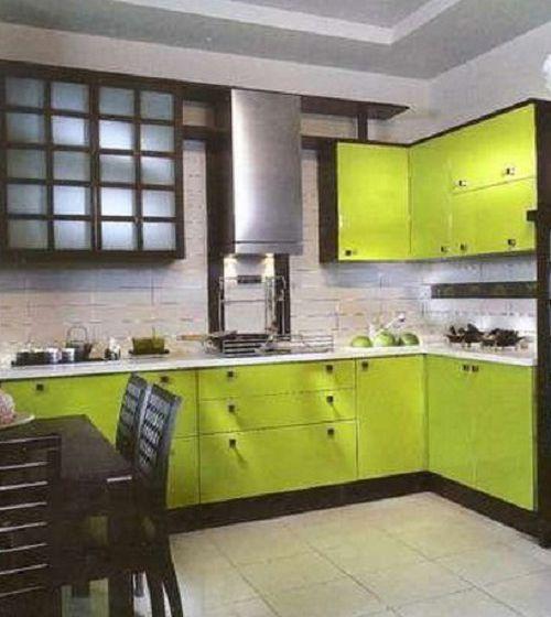 Серый пол сочетается с зеленым цветом кухонного гарнитура