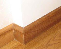 Смонтированный деревянный плинтус