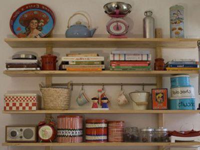 Полочки с сувенирами, поделками на стене дачи