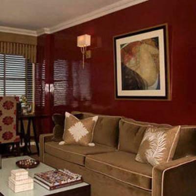 Подсветка прекрасно оттеняет цвет бордовых обоев в гостиной