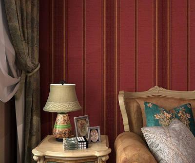 Текстильные бордовые обои в гостиной