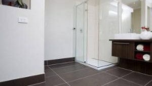 Плинтус в ванную комнату на пол