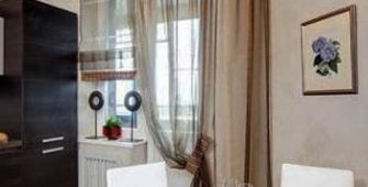 Оформление окна на кухне с балконной дверью