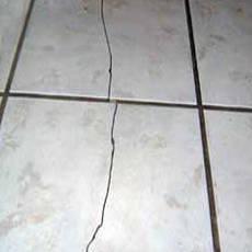 Потрескалась плитка на полу