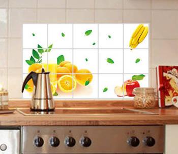 Небольшая наклейки оживляет однотонную плитку на кухне