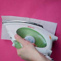 Проглаживаем пятно утюгом через салфетку