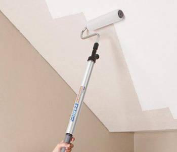 Наносим два слоя краски на потолочную плитку из пенопласта