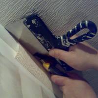 Правильно подрезаем обои на потолке у багета