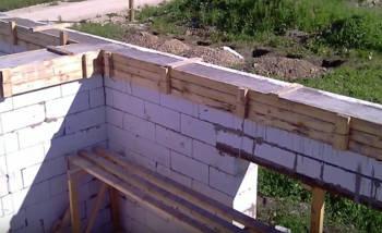 Укладка бетонной смеси в опалубку пояса